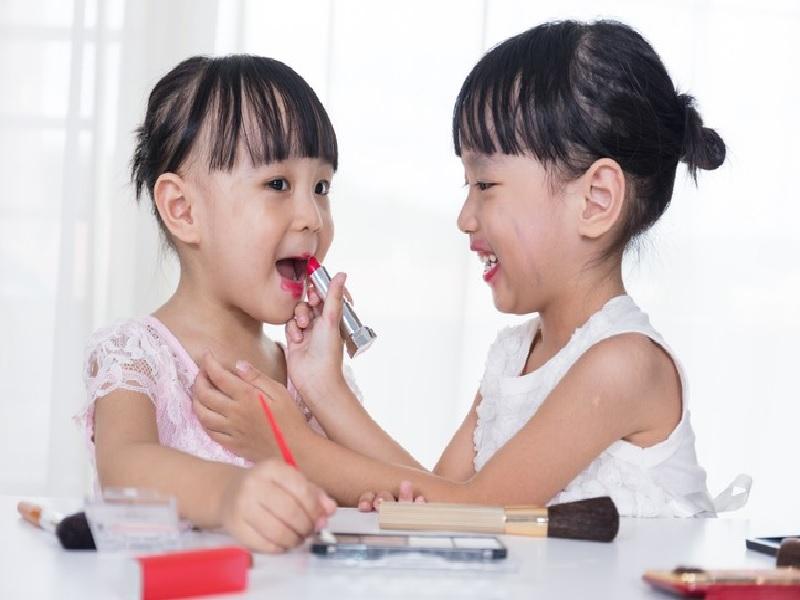 Bahaya Mungkin Terjadi Jika Anak Kecil Sering Pakai Makeup