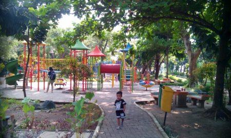 bersama keluarga di taman Abhirama