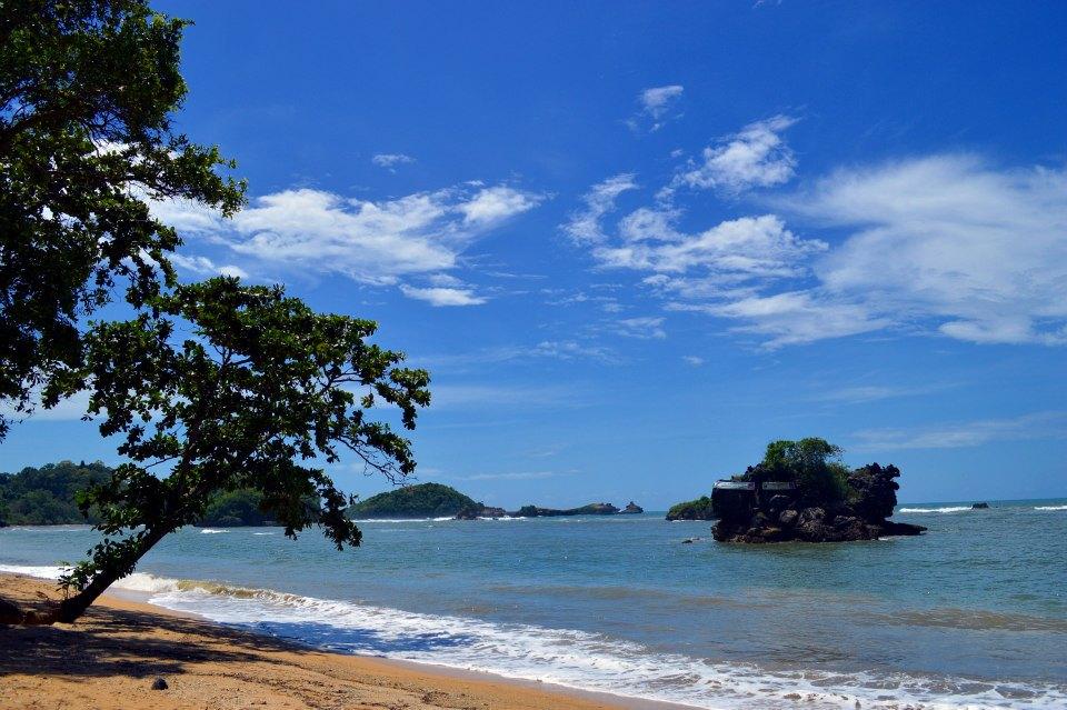 pantai menjadi tempat favorite banyak orang 2