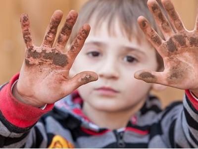 Manfaat dan Tips Aman Anak Bermain Kotor