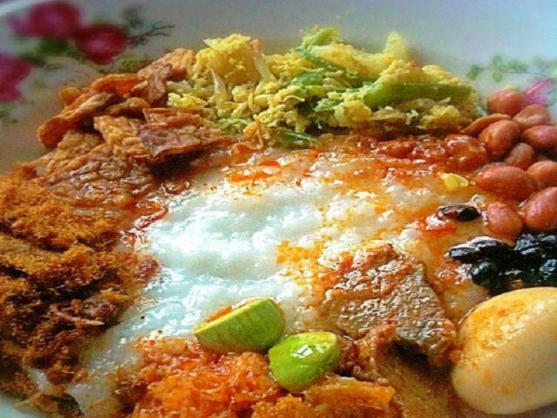 Makanan khas bubur Suro merupakan makanan yang memiliki makna tersendiri bagi masyarakat Indonesia dalam menyambut datangnya tahun baru Islam. Bubur suro sering disajikan setiap tanggal 1 Suro atau 1 Muharram. Peringatan ini dilakukan oleh masyarakat Jawa yang secara turun temurun bahkan berabad-abad. Sayangnya, makanan khas yang satu ini sudah banyak ditinggalkan dan hanya dilakukan oleh para sesepuh demi mempertahankan tradisi budaya. Sponsor: Makna dibalik sajian bubur Suro: Bubur Suro bukan hanya sebuat budaya tradisi tetapi juga mengandung makna atau filosofi. Tak hanya itu, sama seperti tradisi atau budaya lain dimana elemen kuliner menjadi perlambang setiap lintas ritual. Misalnya, setiap hari raya Idul Fitri banyak kamu muslim Jawa yang menyiapkan nasi kuning atau sajian ketupat. Ada lai etnis Tionghoa yang menyajikan kue keranjang sebagai perlambang perayaan penting. Bagi masyarakat Jawa, bubur Suro menjadi salah satu dari sekian tradisi yang tak terpisahkan, dimana tradisi ini memberi warna juga nuansa sarat ritual agama. Bubur Suro juga mengandung makna rasa syukur, pesta atau sambut perayaan. Dimana bubur Suro sering disajikan pada malam menjelang datangnya 1 Muharram. Kadang kala bubur Suro juga disajikan pada saat esok hari di tahun baru Muharram. Perlu diingat bahwa kuliner bubur Suro yang disajikan bukanlan sebuah sesajen. Melainkan syarat dengan perlambang yang mana masyarakat islam Jawa harus bisa membaca, melihat atau mencerna hari serta memaknai arti datangnya tahun baru. Cara Membuat Bubur Suro yang lezat: Resep membuat bubur suro yang lezat adalah bagian yang mudah dan sederhana. Tak butuh bahan baku yang banyak untuk bisa membuat bubur ini. Bahan-bahan yang harus disajikan yakni berupa beras, santan, jahe, garam dan sereh. Setelah semua bahan siap, maka proses pengolahan bubur suro. Pertama siapkan panci untuk merebus. Masukkan beras beserta santan dan rebus hingga mendidih dan tambahkan daun salam, serai dan garam. Aduk hingga rata hingga bub